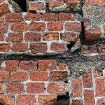 地震でひび割れた壁